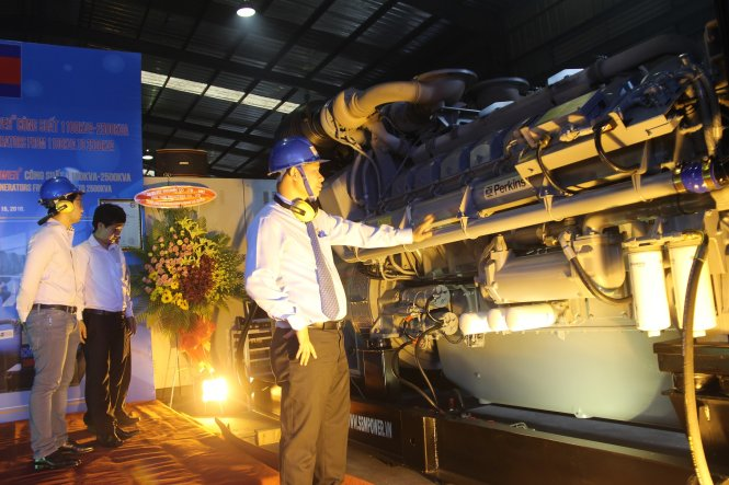 Lô máy phát điện đầu tiên được một doanh nghiệp tại Bình Dương xuất khẩu sang Campuchia trong tháng 6-2016 - Ảnh: BÁ SƠN